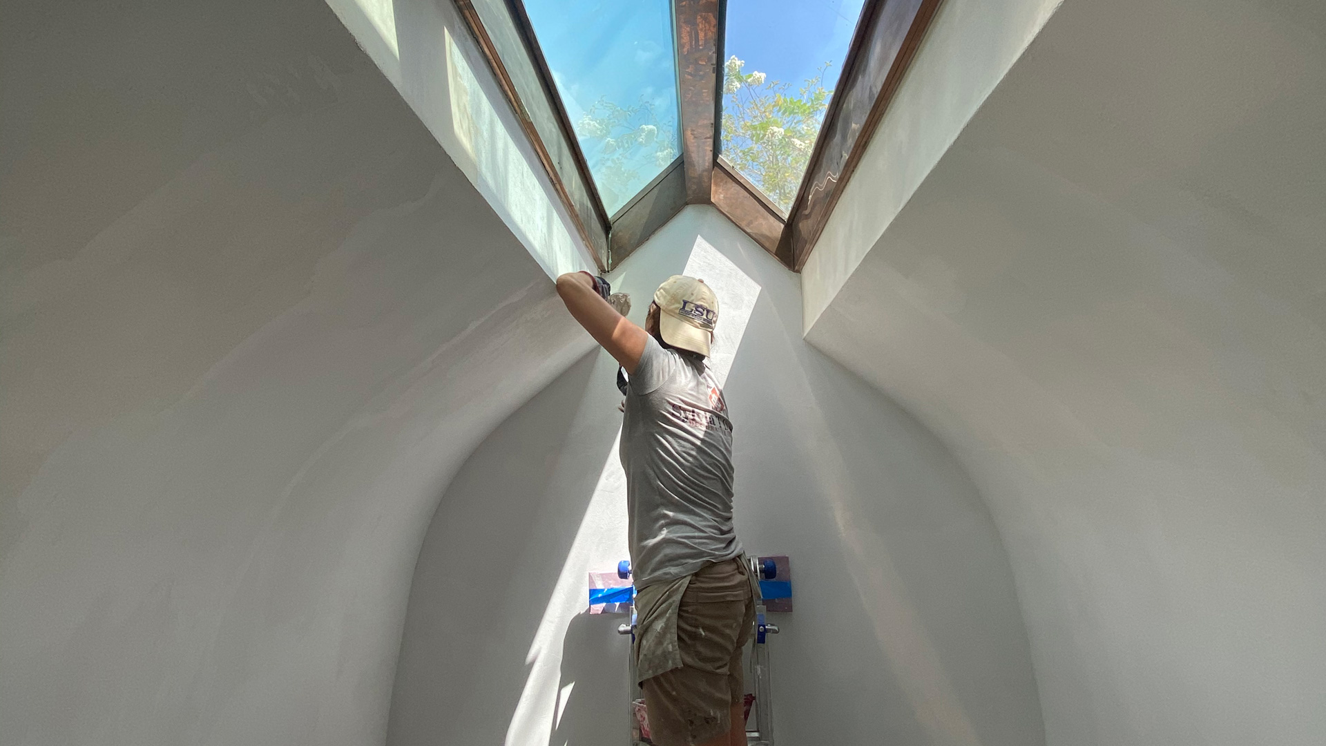 Sylvia T Designs – All-over tadelakt in a master bathroom arch and skylight in a Baton Rouge residential project. Here, we are applying a dry application of this traditional, versatile, and beautiful Moroccan plaster technique.